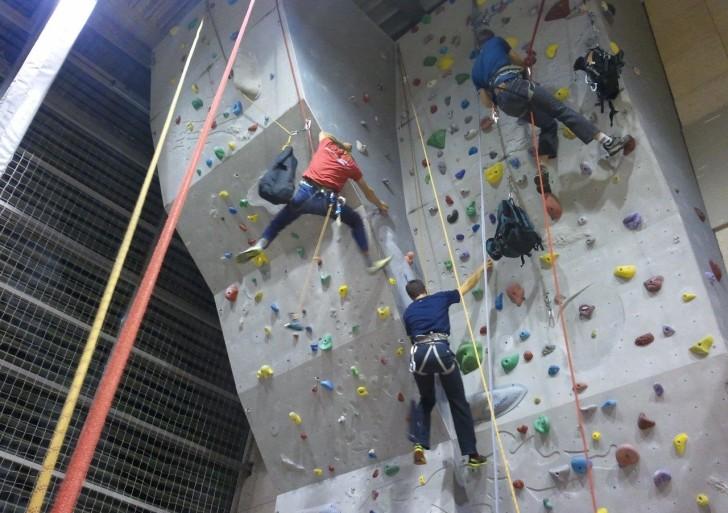 Dodajanje oprimkov na plezalno steno v Brinju